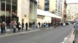 Lange Schlangen vor Supermärkten in Paris