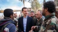 Der syrische Machthaber al Assad besucht die Truppen in der Region Ost-Ghouta.