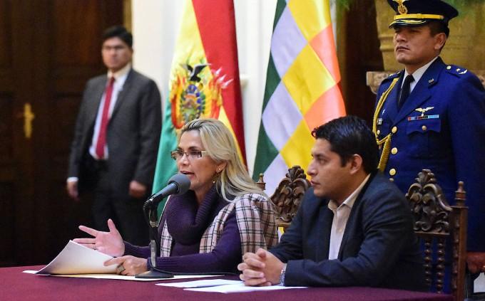 Jeanine Añez stellt ihren Gesetzentwurf bei einer Pressekonferenz vor.