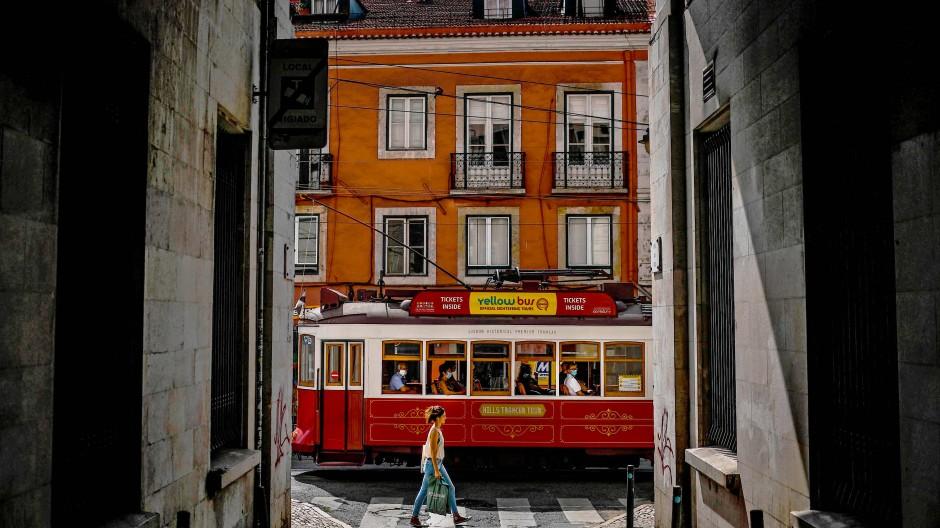Nur einer kleiner Ausschnitt der portugiesischen Seele offenbart sich in diesen Wochen auf den Straßen Lissabons. Viel mehr verrät die Literatur.