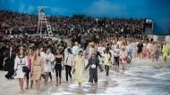 In den letzten Tagen der Paris Fashion Week gab es Strandflair bei Chanel.