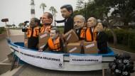 In einem Boot: Verkleidete Demonstranten in Lima fordern die Staatsoberhäupter auf, sich auf ein Klimaabkommen zu einigen.