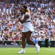 Serena Williams feiert einen Punktgewinn in der Wimbledon-Halbfinalpartie gegen Barbora Strycova.