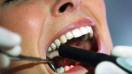 Kontrolle zahlt sich aus: Wer regelmäßig zum Zahnarzt geht, bekommt einen höheren Zuschuss von der Krankenkasse.