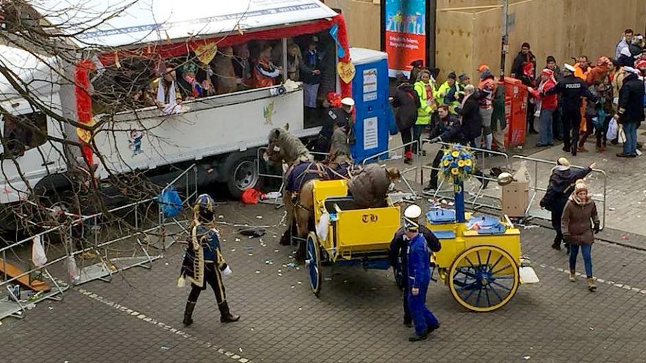 Pferde sind durchgegangen: Erst vor einem Tribünenwagen kommt die Kutsche zum Stehen.