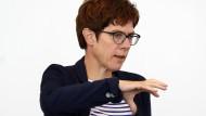 Steht weiter hinter Angela Merkel: Saarlands Ministerpräsidentin Annegret Kramp-Karrenbauer (CDU)