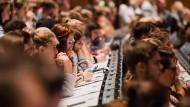 Neuankömmlinge: Studenten verfolgen im Hörsaal der Universität zu Köln die Erstsemesterbegrüßung. (Archivbild)