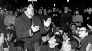 """""""Man hat ihm angemerkt, dass er diese unbedingte Liebe zur Menschheit nicht nur gepredigt, sondern auch gelebt hat"""": Rudi Dutschke vor seinen Anhängern bei einer Anti-Vietnam-Demonstration im Februar 1968 in Frankfurt"""