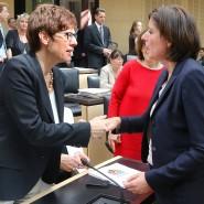 Verstehen sich gut: Kramp-Karrenbauer mit ihrer rheinland-pfälzischen Kollegin Malu Dreyer (SPD, rechts)