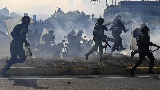 Laut Augenzeugen Tränengas-Einsatz gegen Guaidó