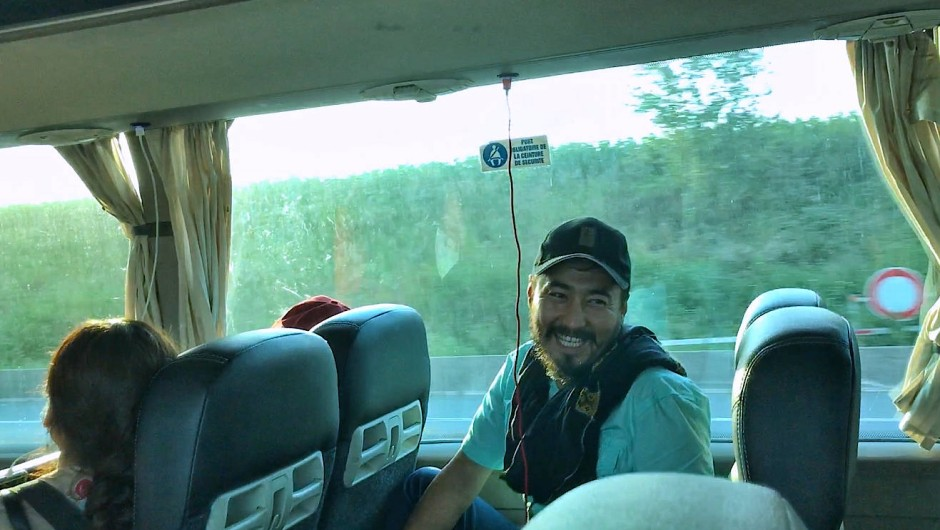 Auf dem Weg zu unserem Gästehaus hält Younis Ashna, ein befreundeter Theaterkünstler, die traurigen Gesichter und müden Busreisenden mit seinen Witzen auf Trab.