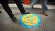 Nicht immer sind Beobachter so mutig wie der beschriebene Anwalt: Kampagnen in U-Bahnhöfen sollen das ändern.
