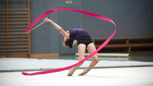 Rythmische Sportgymnastik - die komplexe, elegante und ästetische Sportart ist bei Mädchen sehr beliebt.