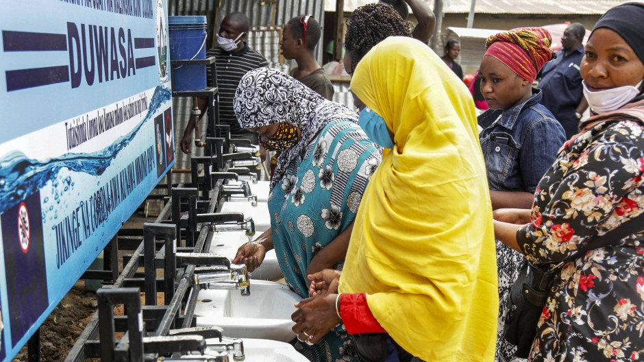 Händewaschen auf einem Markt in der tansanischen Hauptstadt Dodoma: Der kürzlich verstorbene Präsident John Magufuli hatte monatelang behauptet, das Coronavirus sei durch Gebete besiegt worden.