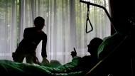 Debatte um Sterbehilfe: Mit Narkose in den letzten Schlaf