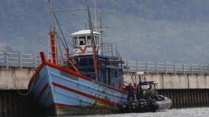 Flüchtlingsboot zurück auf hohe See geschleppt