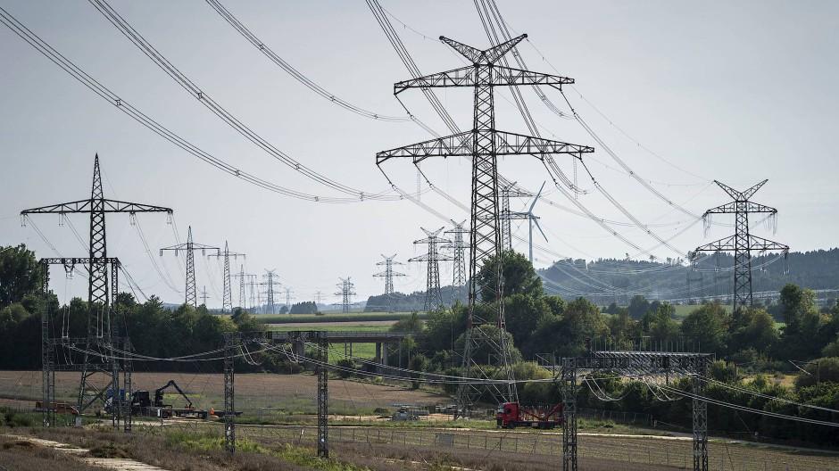 Blick auf Strommasten und Stromleitungen zwischen Garste und Lamspringe