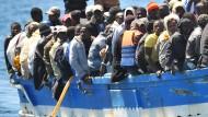 Ein Boot mit Flüchtlingen aus Afrika ist auf dem Weg zur italienischen Küste der Insel Lampedusa.