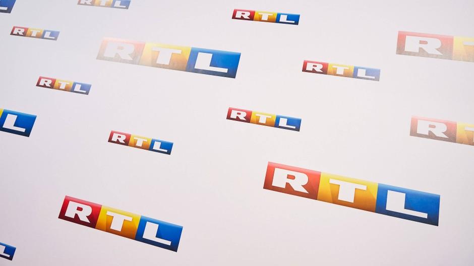 Eine Wand mit dem RTL-Logo
