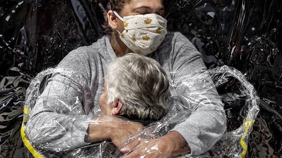 """Ausgezeichnet: Dieses Foto des dänischen Fotografen Mads Nissen, das eine brasilianische Krankenschwester und eine 85 Jahre alte Frau zeigt, ist zum """"World Press Photo 2021"""" gewählt worden."""