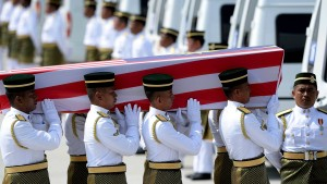 Malaysia empfängt Särge mit MH17-Opfern