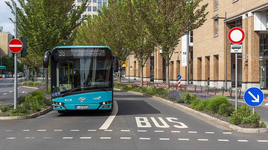 Die Stadt Frankfurt, will dass die Busse und Straßenbahnen in der Stadt künftig schneller und pünktlicher sind.