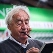 Der Schriftsteller Cees Nooteboom bei der Arbeit: Signieren für die Fans