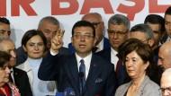 Ekrem Imamoglu (M), Kandidat der Oppositionspartei CHP,  spricht am Dienstag in Istanbul mit Journalisten.