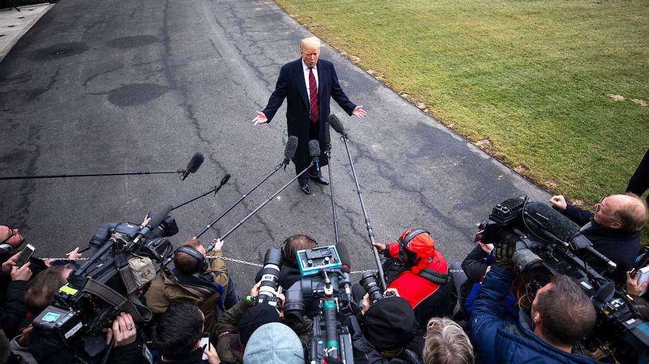 Donald Trump spricht am Samstag abermals vor Kameras über seine Pläne für eine Mauer zu Mexiko.