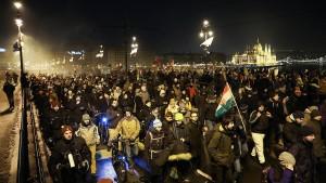 Oppositionelle verbringen Nacht in Fernsehsender