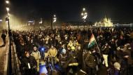 Am Sonntagabend protestierten 10.000 Menschen in Budapest gegen das neue Arbeitsgesetz der ungarischen Regierung.