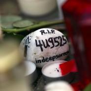 Blumen, Kerzen und ein Stein liegen im Gedenken an die Opfer des Flugzeugabsturzes vor der Germanwings-Zentrale in Köln.