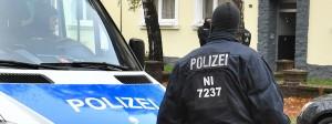 Polizisten in Hildesheim nach der Festnahme von zwei als Gefährder eingestuften Personen im November 2016.
