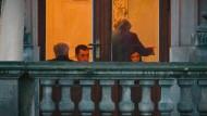 Zurück in die Zukunft? Sondierungsgespräche in der Parlamentarischen Gesellschaft zwischen Grünen und CDU/CSU mit Angela Merkel im Vordergrund, links Horst Seehofer, rechts und links von Merkel Cem Özdemir und Katrin Göring-Eckardt. Das Bild stammt vom 10. Oktober 2013.