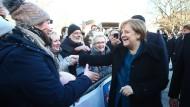 Angela Merkel trifft auf dem Weimarer Theaterplatz zum Festtag des 100-jährigen Jubiläums der Weimarer Republik ein.