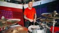 Aaron Solowoniuk (Drummer der Band Billy Talent) probt vor einem Konzert im Wiesbadener Schlachthof im August 2018 – trotz seiner langjährigen Muskelerkrankung.