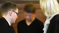 Der Angeklagte mit seinen beiden Anwälten bei Prozessauftakt am Berliner Landgericht.