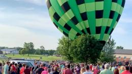 Heißluftballon fliegt in Menschenmenge