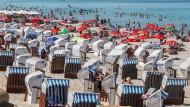 Badegäste an der Ostsee im Sommer 2021