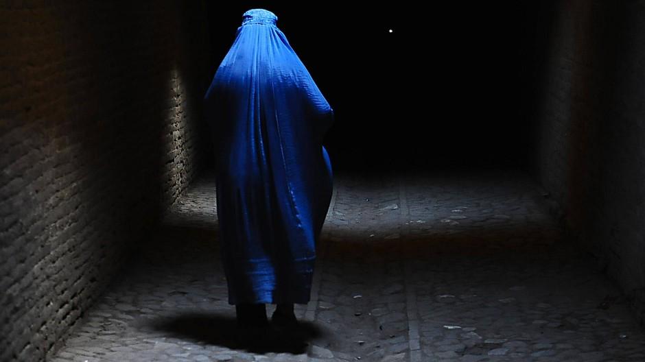 Purdah heißt die Sitte, Frauen vom Rest der Gesellschaft getrennt zu halten. Hinter der Burka oder hinter den Mauern des Hauses.