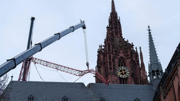 Kranteil vom Dach des Frankfurter Doms geborgen