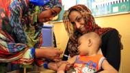 Eine sudanesische Ärztin impft 2015 in Khartum ein Kind gegen Masern.