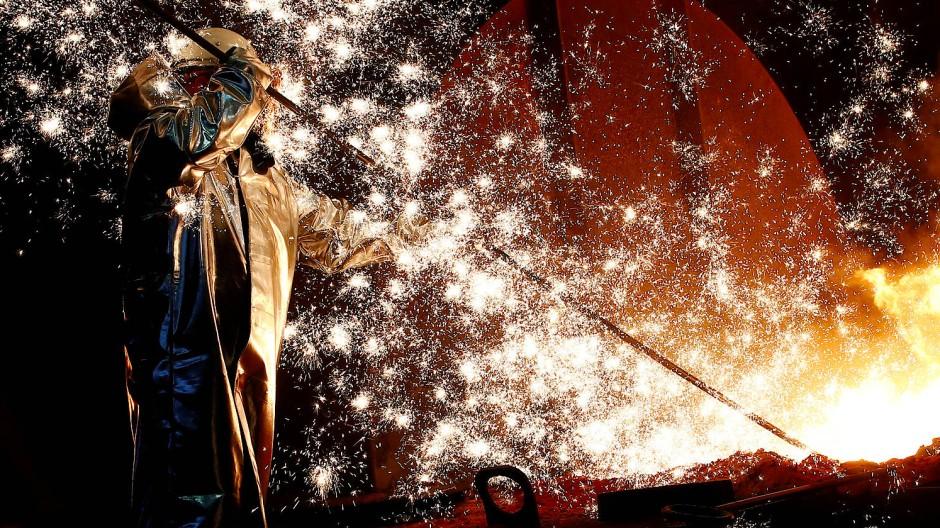 Ein Arbeiter in ThyssenKrupps Stahlwerk in Duisburg
