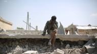 Hilflosigkeit: Ein Mann sitzt in Idlib am Dienstag auf Trümmern eines Hauses.