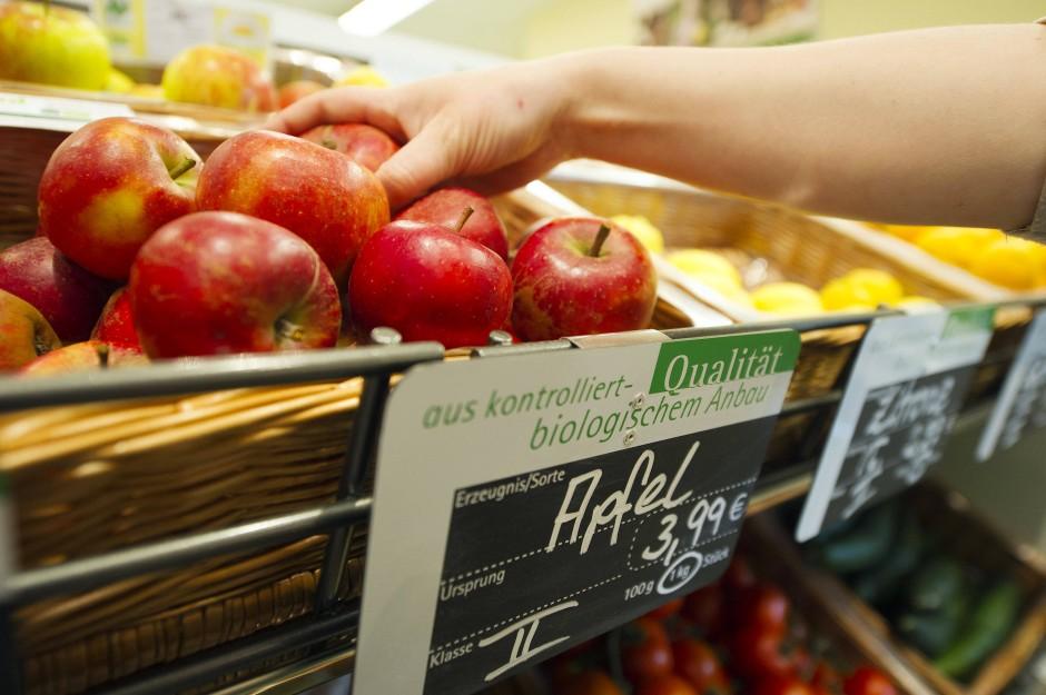 Im Supermarkt greift der Verbraucher lieber zu den makellosen Äpfeln, jene mit kleinen Dellen bleiben im Regal liegen.