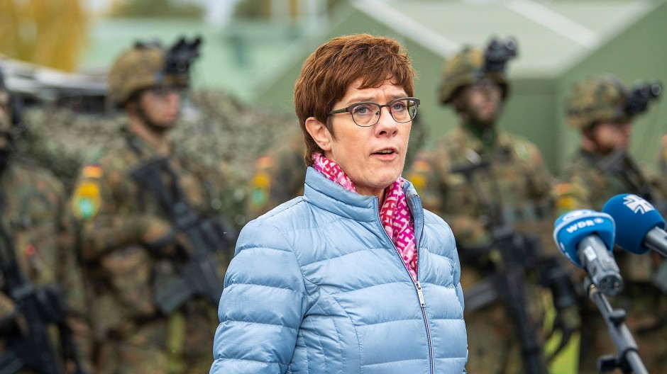 Verteidigungsministerin Annegret Kramp-Karrenbauer bei einem Besuch der in Litauen stationierten Nato-Truppen. (Archivbild)