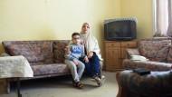 Würden gerne im Gallus bleiben: Marwa Masbot und einer ihrer Söhne in ihrer Wohnung an der Cordierstraße in der Friedrich-Ebert-Siedlung
