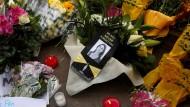Blumen und Kerzen erinnern in Valletta an die auf Malta ermordete Journalistin Daphne Caruana Galizia.