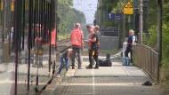 Polizeibeamte suchen am Bahnhof in Voerde nach Spuren.