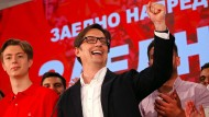 Stevo Pendarovski, von den regierenden Sozialdemokraten unterstützter Präsidentschaftskandidat, feiert seinen Wahlsieg.